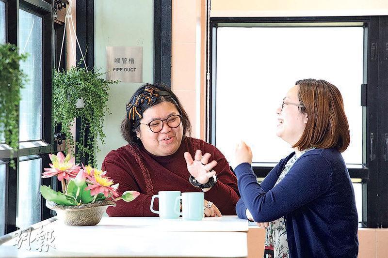 鄧若霞(Grace,左)2007年被確診患上躁鬱,3年前她成為朋輩支援員,分享自身經歷鼓勵病友,旁為她的同事、新生精神康復會項目主任楊麗君(Ronnie,右)。Grace說偶然會在辦公時病發,在座位上發呆,Ronnie會輕喚其名字將她叫醒。(曾憲宗攝)