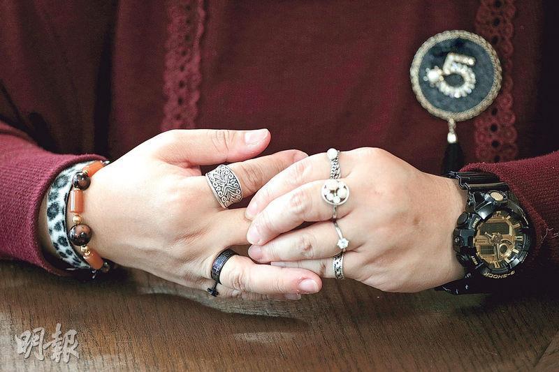 鄧若霞(Grace)說,近年養成小習慣助穩定情緒,如亢奮時「感覺好飄」,便會戴戒指等飾物讓自己「沉一點」。(曾憲宗攝)