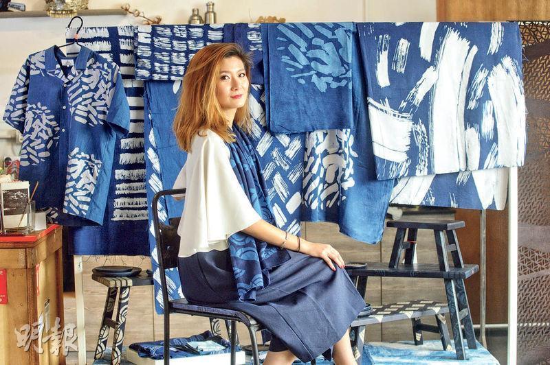The Fabrick Lab創辦人吳燕玲在葵涌工廈的設計工作室內,擺滿了她與貴州農村婦人以「蠟染藍靛」所染的產品,除常見的布料、衣服,亦染製了較罕見的木櫈,冀以創新的方式,扭轉外界認為民族手藝只能用於旅遊手信的想法,將這門手藝打入市場。(楊柏賢攝)