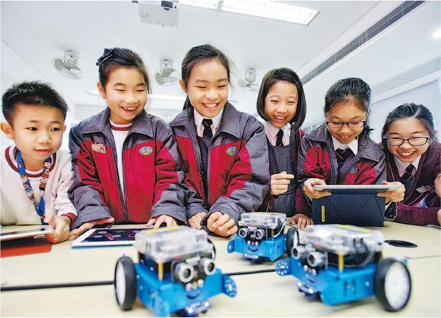 協和小學(長沙灣)的老師們花許多時間研究STEM的實驗,希望學生從中學會科學精神。圖為學生學習編程,操作機械人。 (楊柏賢攝)