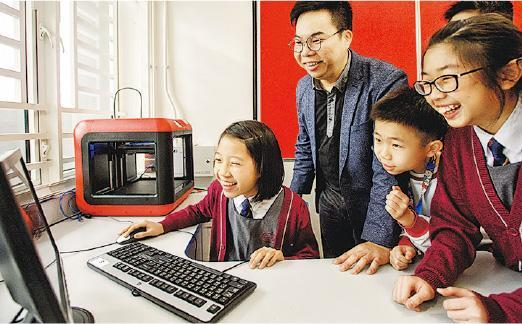 協和小學(長沙灣)特別設立STEM ROOM,讓學生做實驗,房內設水火箭、顯微鏡、3D打印機等。負責STEM的課程發展主任陳宇超(左二)正與學生使用旁邊的3D打印機。(楊柏賢攝)