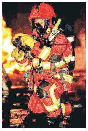 消防煙火特遣隊全面使用「火紅戰衣」,新戰衣同「黃金戰衣」嘅製造材料無分別,只係改為紅色。(消防處提供)