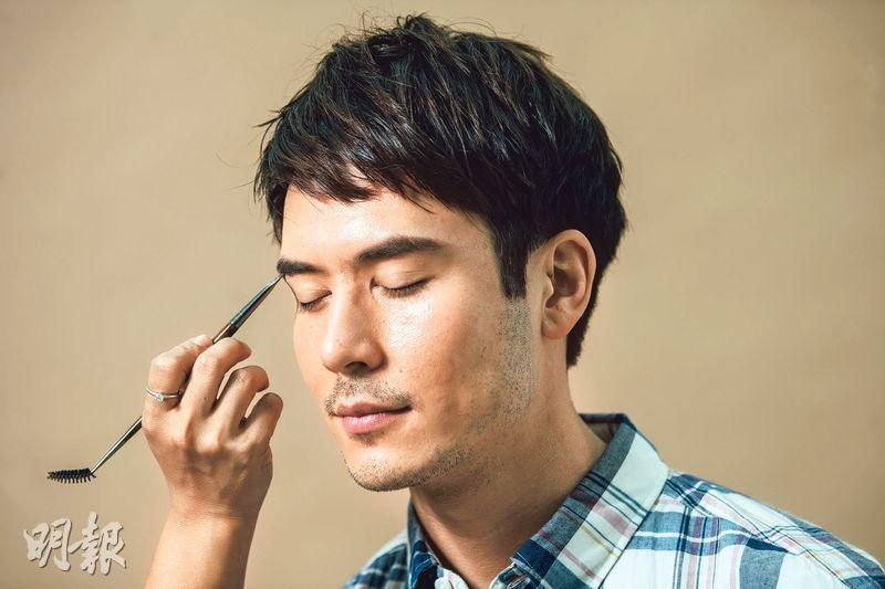 化妝程序﹕「男生化妝的首要程序是先塗好清爽控油的妝前乳,再塗粉底液、遮瑕膏、畫眉,再加點潤唇膏便完成。」化妝師Echo Wong說。(圖:馮凱鍵攝)