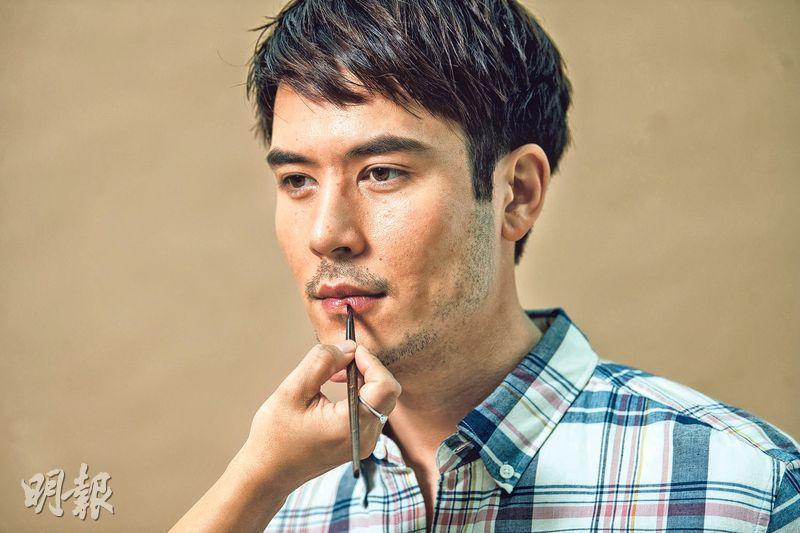 塗上潤唇膏﹕時裝設計師Mountain Yam 表示口唇乾裂甚為影響儀容,男生應塗上適量潤唇膏;而在挑衣上,則可選擇西裝或是恤衫,看起來整潔自然。(J. Crew 格紋恤衫 $580)(圖:馮凱鍵攝)