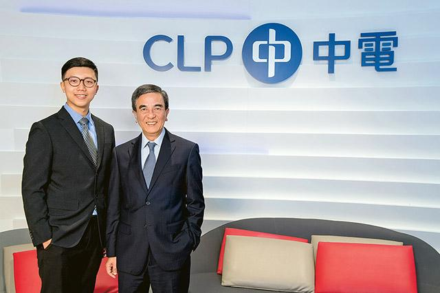鄧志祥(圖右)跟城大畢業生陳沛銘分享能源行業的就業機會和發展前景。