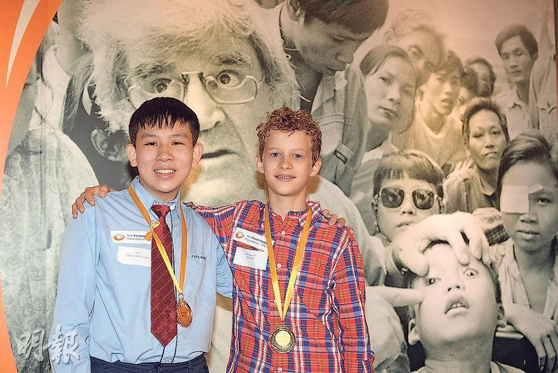 Albert Haustorfer(右)不介意被同學嘲笑,堅持留長髮捐贈給癌症病人,成為卓越大使。董莫凡(左)關注港人情緒問題,設計手機程式,獲頒傑出大使。(鄧宗弘攝)