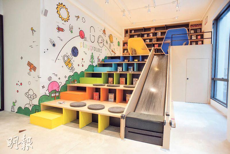 繽紛遊戲房——這色彩繽紛空間集多種用途於一身,除了看書、舉行講座,每逢午飯時間,同事都來打機減壓。(圖:黃志東)