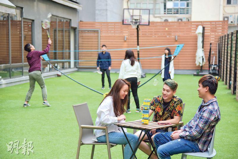 三千呎人造草地——辦公室外一大片人造草地,除供玩樂外,不少員工也喜歡將日常會議移師至此,令氣氛更輕鬆。(圖:黃志東)