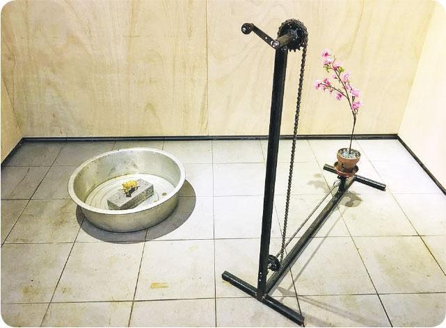 《金犬咬春迎新歲》——博物館首個展覽為劉學成、 陳正文合作的裝置《金犬咬春迎新歲》,配合農曆新年主題。(圖:街市博物館)