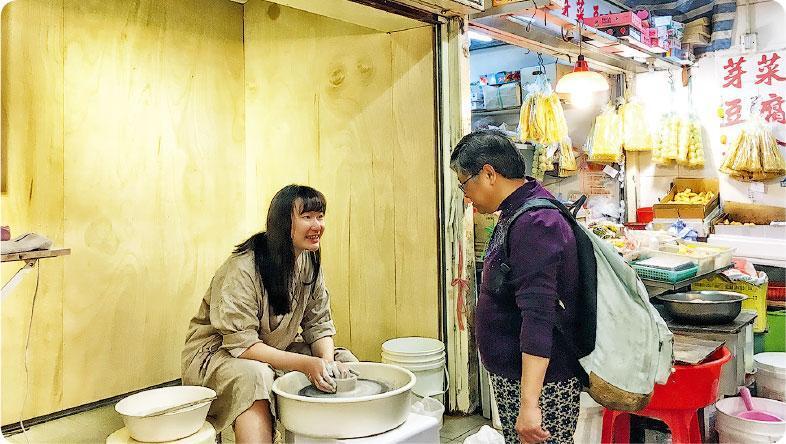 一起做陶瓷——藝術家可以選擇全周駐場,其中梨木製陶所於周末舉行工作坊,與大人小朋友一起做陶藝。(圖:街市博物館)