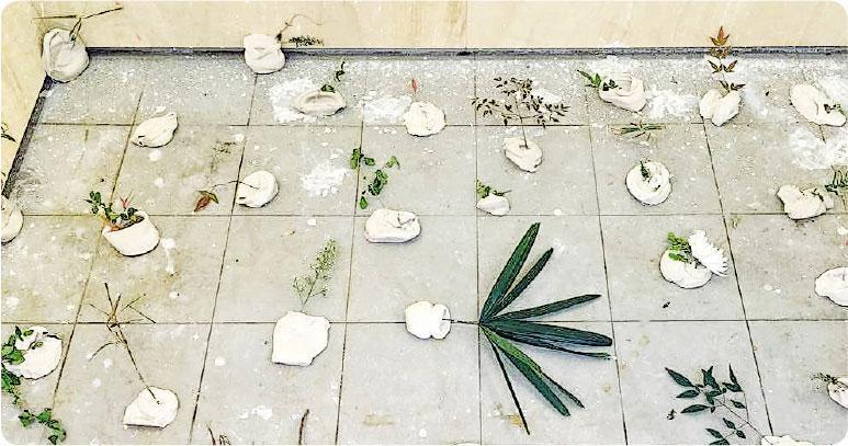 翌日變化——參加者把未乾的陶瓷器皿扔到牆上,由得陶瓷慢慢變乾,翌日便自然掉下來,成為另一幅作品。(圖:街市博物館)