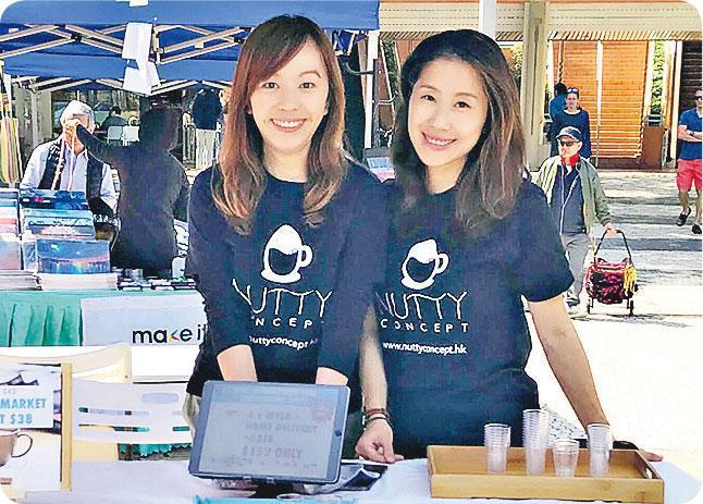 親力親為——Joan(左)和友人合作經營的杏仁奶品牌,早前到愉景灣做宣傳,由生產到送貨一腳踢。(圖:受訪者提供)