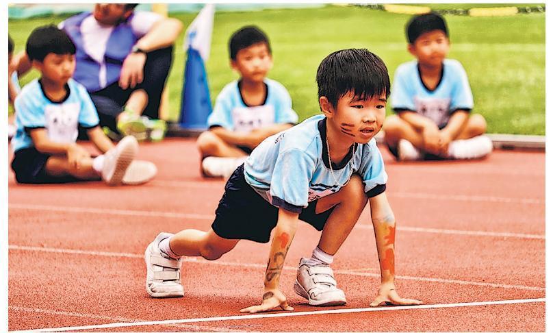 宣基小學(坪石)現有小一至小三共400多名學生,該校本月中在彩虹斧山道運動場舉行首屆小型運動會,每名學生均要出戰60米短跑,盼透過讓學生親身落場比賽,學會體育精神。(受訪者提供)