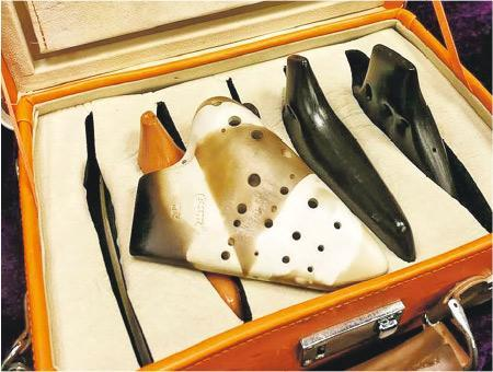 收藏陶笛——這是許少榮專門收藏陶笛的箱子,圖中啡白相間的是複管陶笛。(圖:受訪者提供)