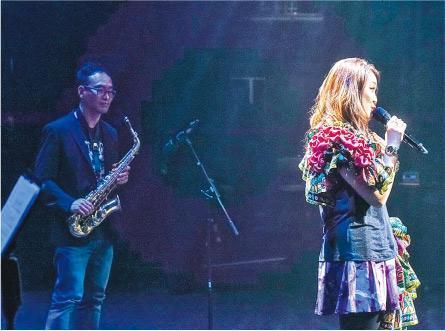 吹奏色士風——許少榮(左)在藝人麥皓兒(右)的音樂會上吹奏色士風及陶笛,麥曾在初中時參與教育電視演出、跟許少榮合作,近日籌備專輯亦邀請他填詞。(圖:受訪者提供)