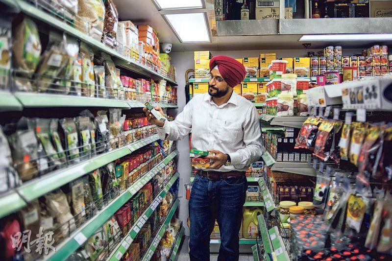 耐心解答——Kulbir指不時有香港人來買印度香料,並請教如何煮咖喱。對於他們的問題,Kulbir都會逐一耐心解答。(圖:馮凱鍵)