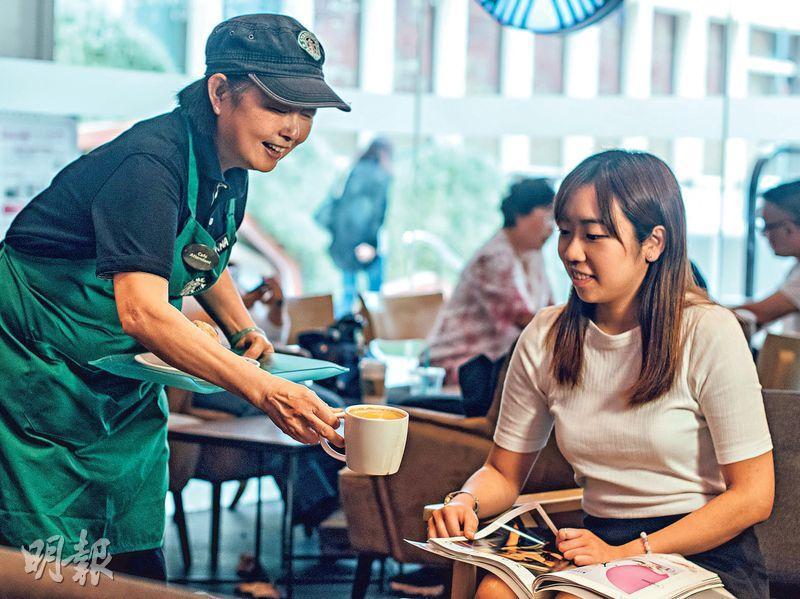 有禮親切——作為大堂服務員,Donna(左)有時要為客人送上餐點,她表現得十分有禮和親切。(圖:馮凱鍵)