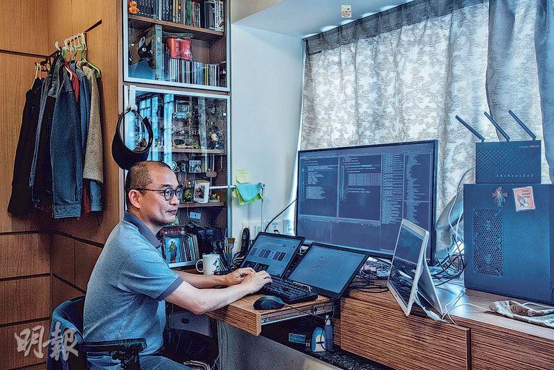 為節省成本,葉金豪以家為工作室,在睡房書桌設置多個屏幕,更用5台電腦組成伺服器支援SolidMemory系統。(鄧宗弘攝)