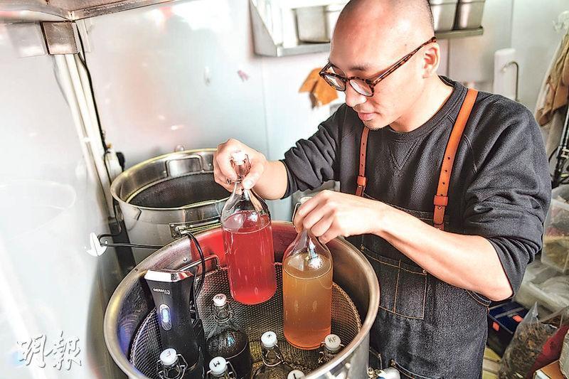 恆溫保暖——煲好後的各式茶飲會以恆溫保暖,有客點叫才即場調味。(圖:蘇智鑫)