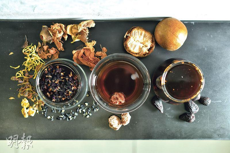 新派涼茶——各式茶飲加入了可咀嚼的顆粒食物,例如黑杞子五花茶(左,$24)及紫無花果羅漢果茶(右,$24)。至於話梅野葛菜水(中,$25)則要喝至最後才能嘗到話梅的酸溜溜,相比之下較為失色。(A)(圖:蘇智鑫)