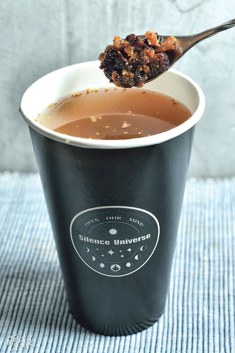 川貝紫無花果雪梨茶——一杯雪梨茶內含有差不多一個雪梨,客人落單後才加入紫無花果蓉,每啜一口都能嘗到清甜梨茶及粒粒口感。($26,A)(圖:蘇智鑫)
