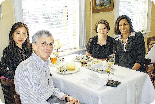 擴闊眼界——因工作關係,Joanna(左後)經常有機會與世界各地的人接觸,擴闊眼界。(圖:受訪者提供)