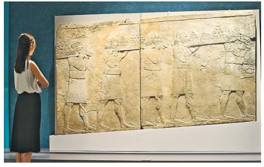 這幅石刻浮雕是尼尼微宮殿內斜道上的裝飾品,於公元前704至前681年製成。從浮雕可見,一行僕人從王室花園將水果、鮮花等運到宴會桌上。今次是大英博物館首次借出此浮雕到外地展出,香港是它展覽的第一站。(鍾林枝攝)