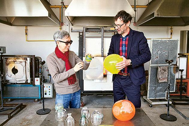 黎力誠教授(右)及鍾緯正博士表示,視覺藝術院的軟件及硬件資源毫不遜色於國際藝術院校,圖為玻璃燒製工作室,是本港院校鮮見的設施。