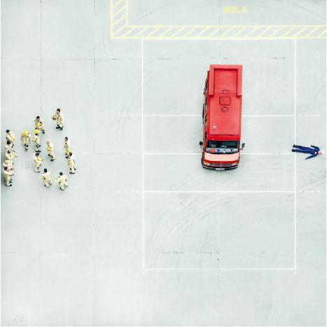 簡潔有力——陳的連續15個月觀察及拍攝工作室附近的柴灣消防局,照片簡潔有力,鮮有公開消防員日常工作畫面。(圖:Novalis Art Design Gallery)