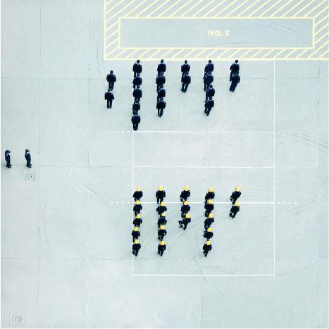 筆直整齊——陳的指消防員工作比想像中辛勞,每早準時步操,無不筆直整齊。(圖:Novalis Art Design Gallery)