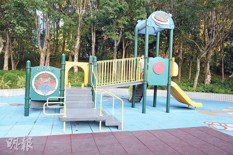 本地與外地遊樂場﹕本港遊樂場設施屢被批評欠趣味及刺激,圖為康文署轄下上水保榮路遊樂場,場內分別有一套適合2至5歲,以及5至12歲兒童使用的攀爬架及滑梯,相中遊樂組件適合2至5歲兒童使用。(劉焌陶攝)