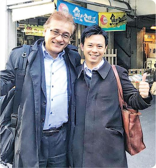 學禮儀文化——Kurt(右)身為科技公司老闆,因為生意經常要跟日本人接觸,指自己努力在學習當地的禮儀文化。左為Kurt的日本朋友。(圖:受訪者提供)