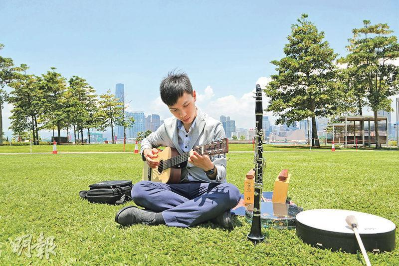 音樂治療——音樂治療過程或會運用多種樂器,以達到特定的治療目標,促進或改善參與者的身心健康。圖為英國註冊音樂治療師黃愷弘。(圖:李佩雯)