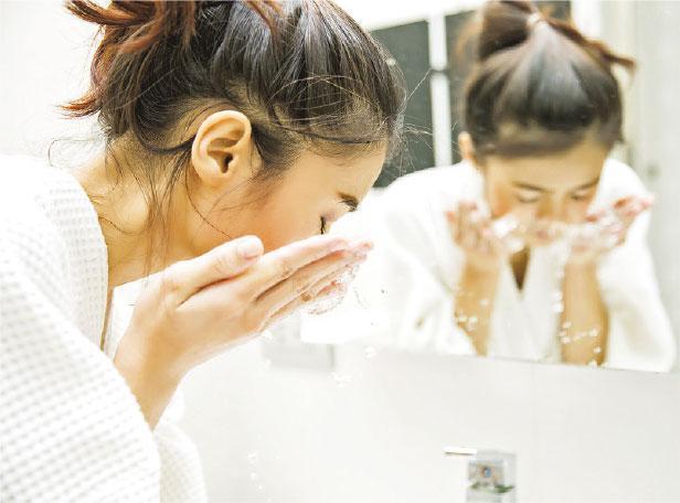 過度清潔——很多人以為不停洗面可以減少油脂分泌,其實過度清潔或會損害皮膚。(圖:torwai@iStockphoto)