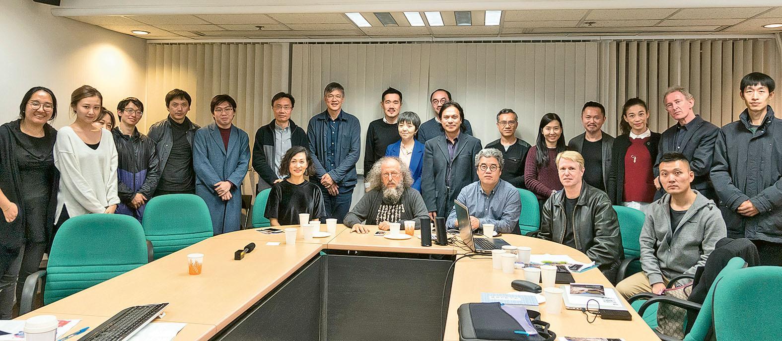 文學院經常會舉辦各項跨學系的合作活動,圖為早前舉辦「The Anthropocene and Contemporary Chinese Cultures 國際電影文化工作坊」,各位講者與出席 者合照。