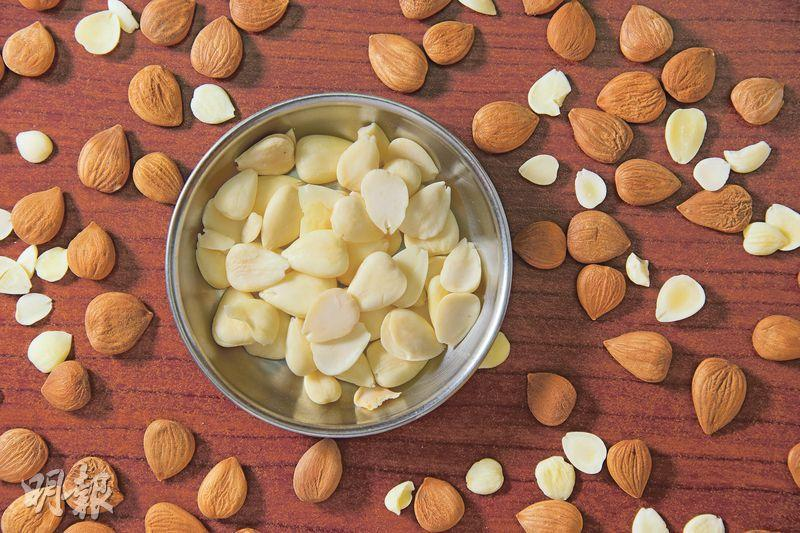 不同品種——用於入饌的南北杏原產自中國,為杏樹的種子;至於平日直接食用的「美國杏仁」(Almond),其實是扁桃仁,兩者實屬不同品種。(黃志東攝)
