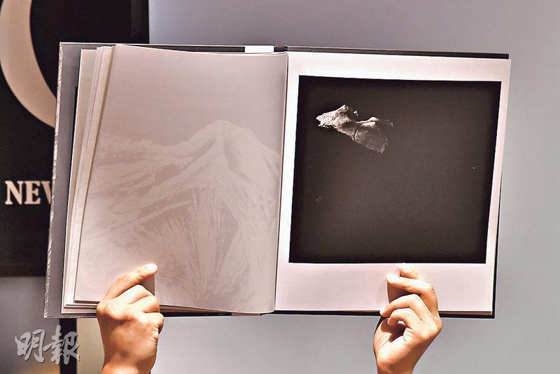 港大醫學院發表攝影集《探》,以藝術手法呈現人體神秘之處。位於兩鬢附近嘅顳骨被喻為「時間之骨」(圖),喺攝影師陳的鏡頭下恍如穿梭時空嘅太空船,象徵時間流逝,年長便兩鬢斑白。(馮凱鍵攝)
