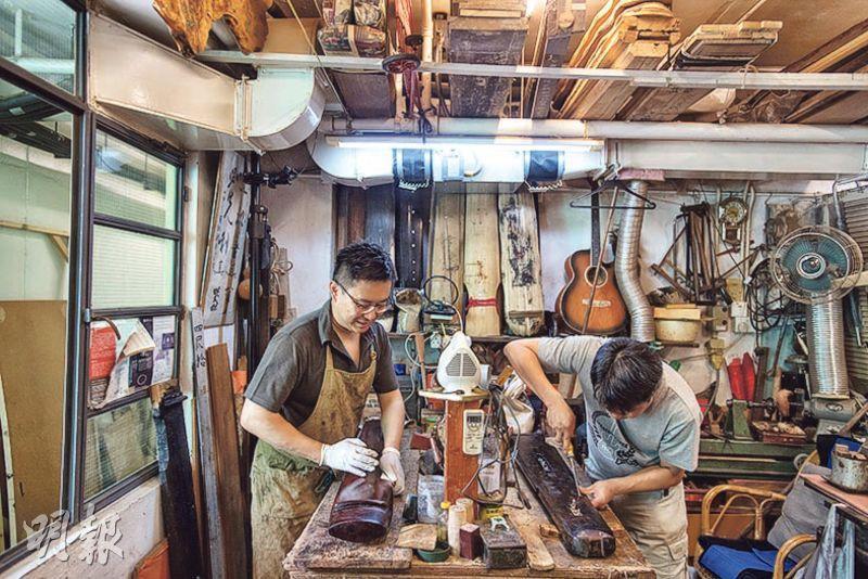 蔡昌壽20多年前開始收徒,傳授斲琴手藝,工作室後方有一房間作為斲琴工場,訪問當日由徒弟示範斲琴。徒弟關嘉匯(左)說,已拍片記錄師父手藝,冀傳承至下一世紀的斲琴人。(鄧宗弘攝)