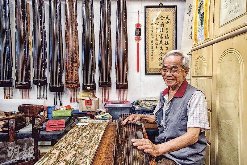 85歲的蔡昌壽將浙派琴家徐文鏡的斲琴技藝植根香港,成為第五批國家級非物質文化遺產代表性項目代表性傳承人。他早於上世紀90年代初收徒,至今有50多名徒弟,並成立斲琴學會,推動斲琴文化。(鄧宗弘攝)