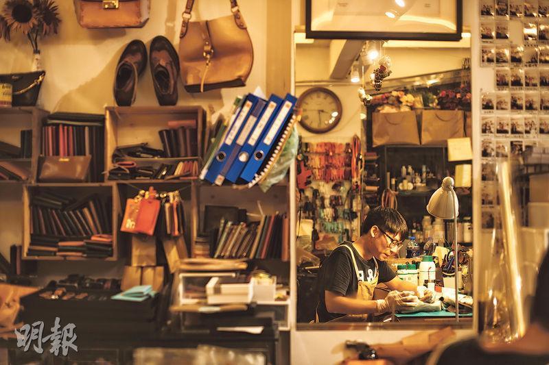 維修皮具﹕除了開辦多款工作坊外,Michael跟女朋友計劃下月於中環開設分店,專門提供皮具維修服務。(蘇智鑫攝)