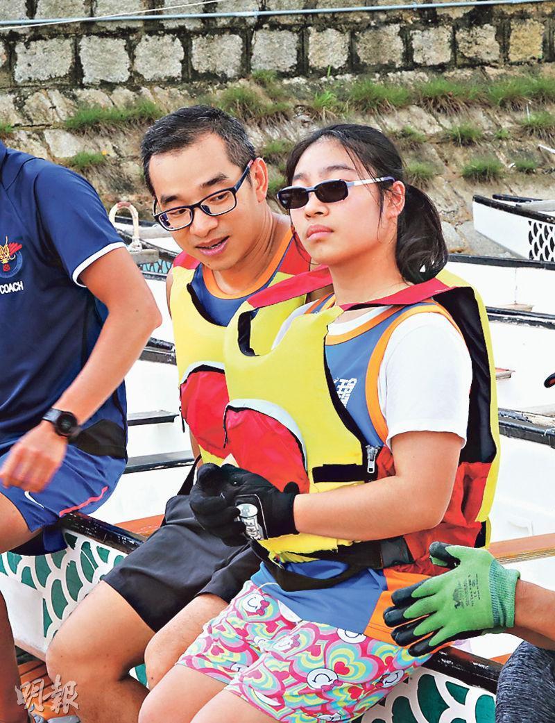 李爸爸去年以「龍友」身分拍攝女兒划龍舟,今年則與女兒以「父女兵」姿態一同出戰龍舟賽。(李紹昌攝)