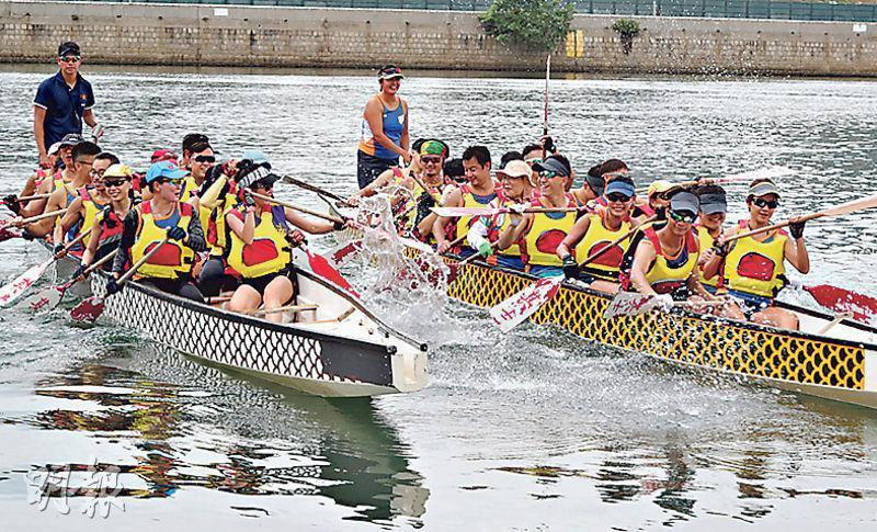 兩龍舟上隊員均為「動玲瓏」成員,由傷健人士、特殊學校學生及健全人士組成,今年更有「父女檔」,上周六李爸爸與女兒李諾晞在左方龍舟上一起練習。(李紹昌攝)