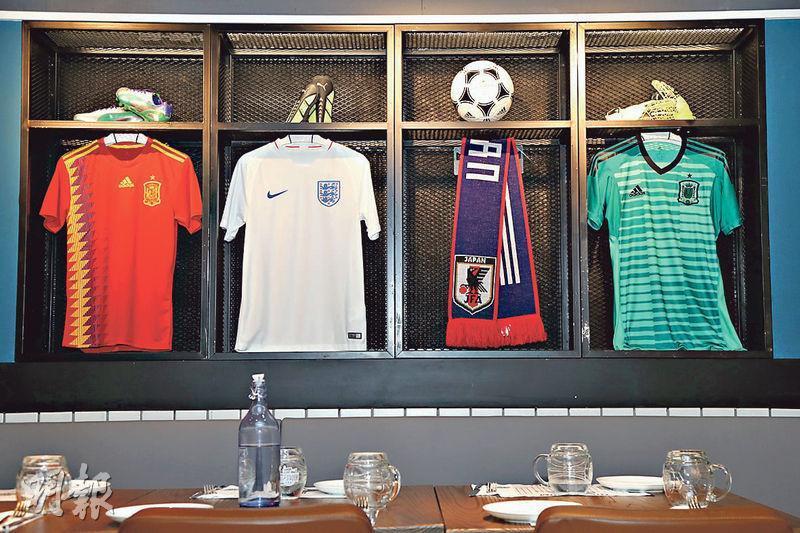 各式球衣﹕VIP房內有不少足球球衣,有興趣的不妨拍照留念。(郭慶輝攝)