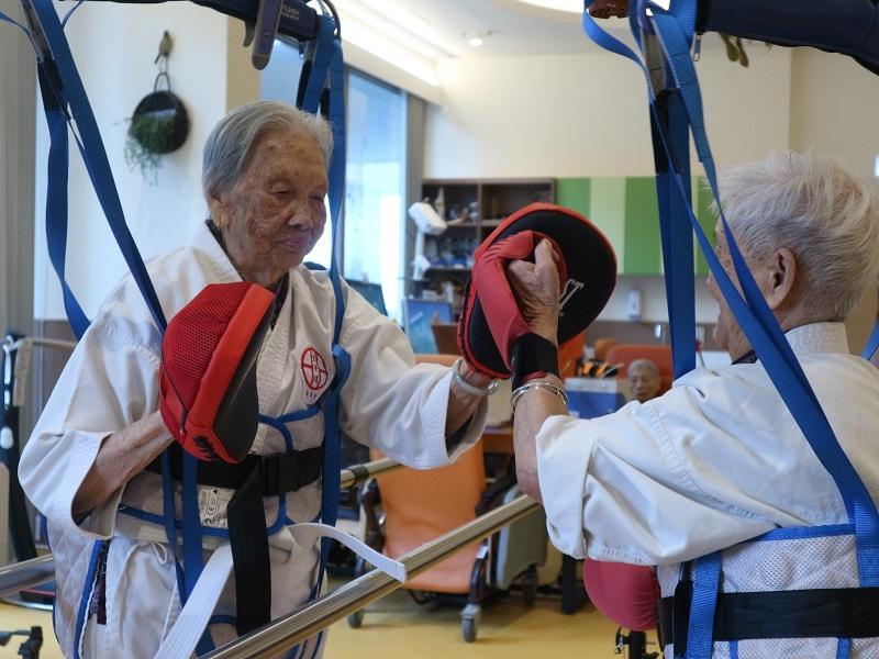 伍方惠敏指,在物理治療師的的訓練下,95歲的魏婆婆也能參與空手道拳擊運動。