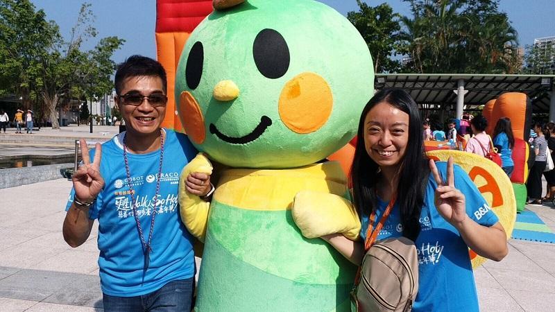 莫婉芝 (右) 一直用心為更生人士提供適切支援。(圖為她與朋輩支援員出席香港善導會主辦的「甦Walk慈善行.跑步賽 x So Hot 嘉年華」社區日 2017。)