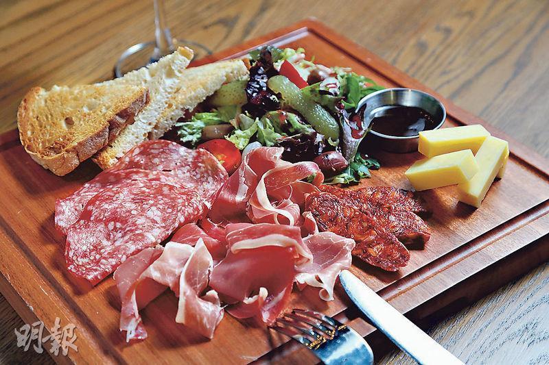 凍肉拼盤($118)﹕分店新增菜式之一,有Parma Ham、莎樂美腸、美式辣肉腸等,最特別的是Jack Cheese,煙熏味濃。(郭慶輝攝)