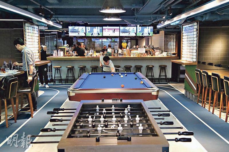 球迷樂園﹕一走進餐廳已見有足球機、桌球枱放在大廳中間,未入座先興奮。(郭慶輝攝)