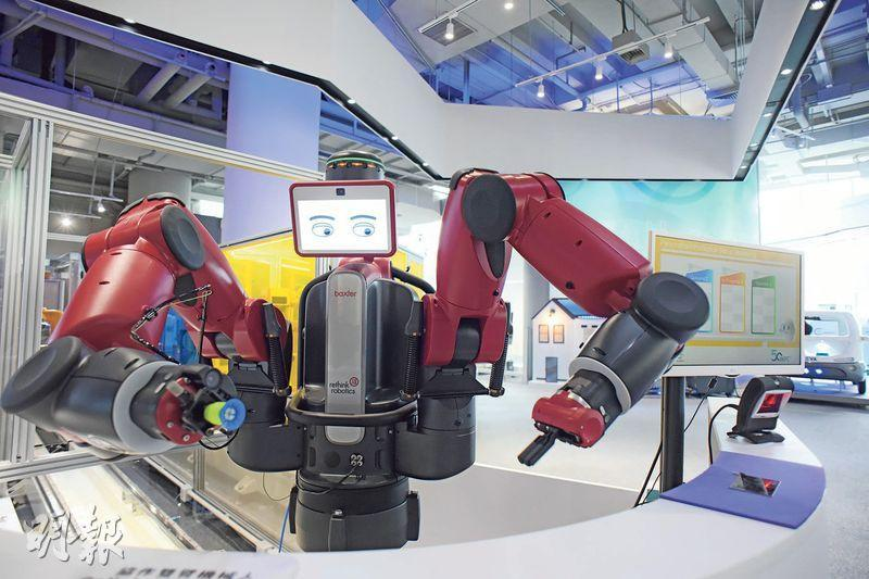 振興製造業——生產力局亦有研發智能機器人,利用智能機械臂可以令工業製造過程高度自動化,期望以「再工業化」振興香港製造業,有助發展「智慧經濟」。(黃志東攝)