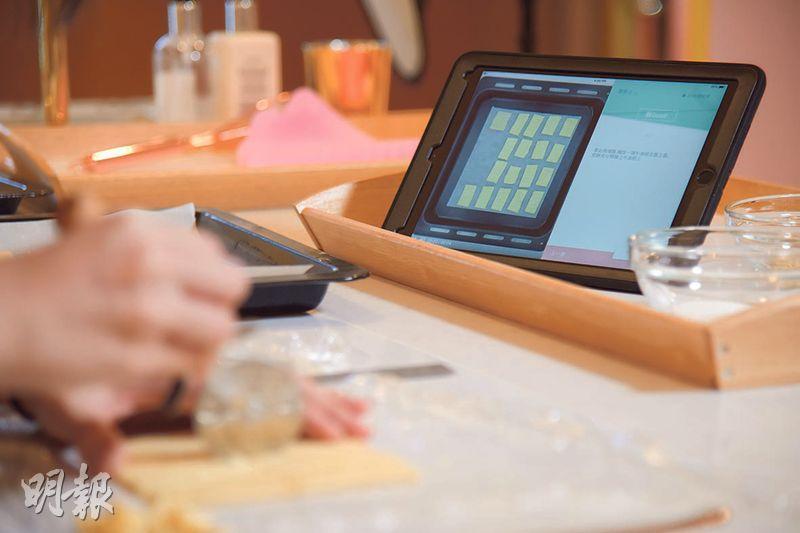 影片教學——平板電腦內附有同步影片,仔細展示每個步驟,新手只要緊隨指示製作,就能輕鬆製出甜品。(黃志東攝)