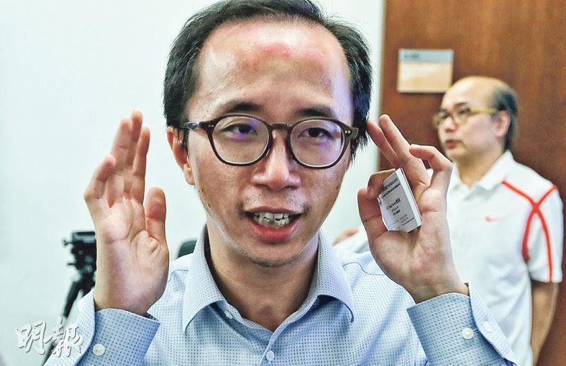 香港大學社會工作及社會行政學系博士候選人蕭頌渝為濕疹患者,額上留有紅印,他說,濕疹造成的「面貌缺陷」曾令他感自卑,又容易令親朋關心其病况而帶來壓力,其後找人傾訴,漸漸積極面對。(李紹昌攝)